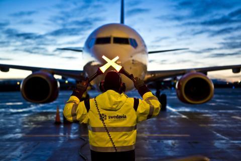Flygplan taxar in