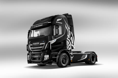 Iveco donerar Nya Stralis XP och Magelys All Blacks till UNICEF