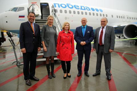 Markus Kopp (Vorstandsmitglied Mitteldeutsche Flughafen AG), Marie-Kristin Gering (Stadtmarketing Halle), Elena Krauße (LTM GmbH), Andrey Kalmykov (Pobeda Geschäftsführer) und Andrey Dronov (Generalkonsul) freuten sich über die neue Verbindung