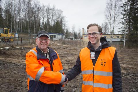 Lars-Göran Rohlén, Orica, och Johan Lagerqvist, Pemco Energi, på den plats där den nya pelletspannan ska stå