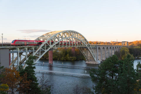 MTR Express - tåg passerar över bro. (Foto: MTR Express)