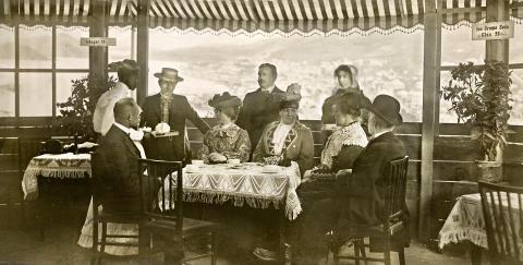 Henriette Jensen og Emma Gad i pavillonen under koloniudstillingen i 1905