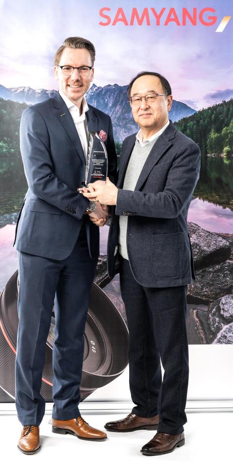 Niclas Walser und Samyang-CEO Choong Hyun Hwang_WRM5010-1_v2