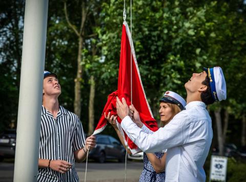 Flaghejsning og champagnesabling, da de første studenter sprang ud på Tradium Mariagerfjord.