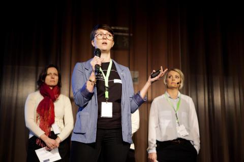 Miljöcertifiering av byggnader diskuterades under ett särskilt plenum. Här ger Sara Elmén, energikonsult på WSP Environmental sin syn på saken. I bakgrunden Monica Björk (t.v), Byggmaterialindustrierna och Lisa Elfström, Sunda Hus.