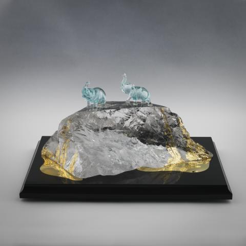 "Horacio Ramirez-Achinelli (f. 1941) ""Vandring genom istiden i frihet"". Juvelskulptur, svart onyx, bergkristall, aquamarin, 18 K gult guld"