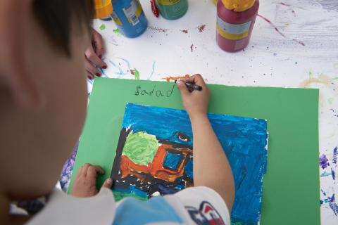 Peter Apelgren skapar konst med barn för barns rätt till konst