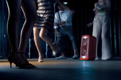 GTK-XB60_indoor_red-Mid