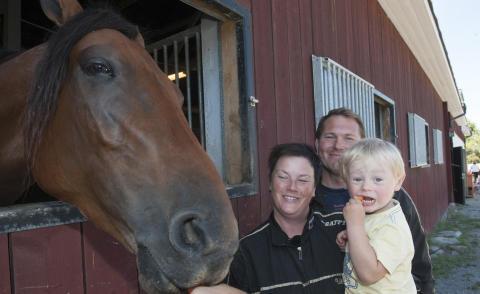 Ulrika Wällstedt med häst och familj