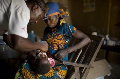 Ett barn i Demokratiska republiken Kongo, Oriental Province, vaccineras mot mässling. Foto: Ikram N`gadi.