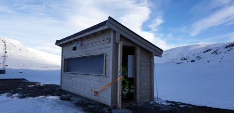 Huset beskytter radaren som overvåker snøskredfare på Stavbrekka.