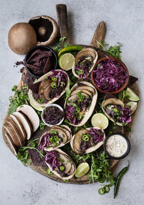 Tacos med skånsk svamp, karamelliserade rödlök och syrad rödkål