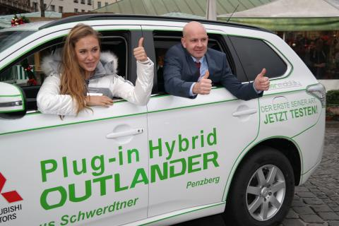 Alena Gerber in ihrem neuen Plug-in Hybrid Outlander
