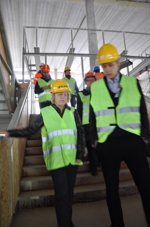 Eila Bromme och Jens Grönlund besöker bygget av de nya lokalerna för Väsby Nya Gymnasium