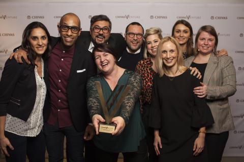 Die Chivas Venture Gewinner feiern ihren Sieg mit Jury, Moderator und Team Chivas Regal