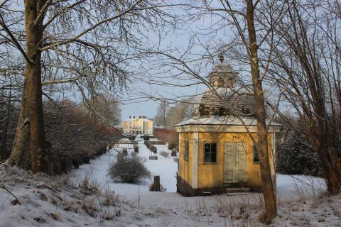 Lusthuset och huvudbyggnaden på Julita gård