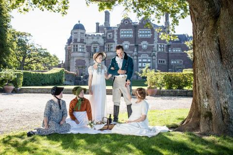 Jane Austen-sällskap i slottsträdgården