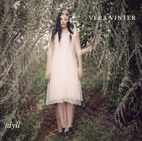 Vera Vinter släpper album och åker på turné