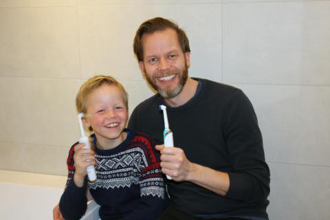 Markus (8) og hotelldirektør Kristian Fredrik Mehus håper Scandic vil spare 200 mill. liter vann.