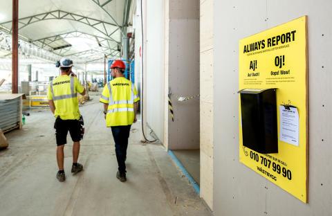 I Jönköping utför Wästbygg AB ombyggnationen av handelscentret Asecs. På     byggarbetsplatsen pågår ett nudgingprojekt som bland annat ska öka medarbetarnas benägenhet att rapportera in tillbud. Syftet är att skapa en ännu tryggare arbetsplats.