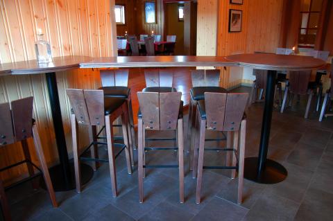 Barbord med tillhörande stolar i restaurang Trolltunet