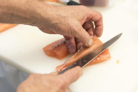 Das beste aus zwei Welten: perfekte Schnitttechnik in japanischer Sushi-Tradition und norwegischer Lachs.