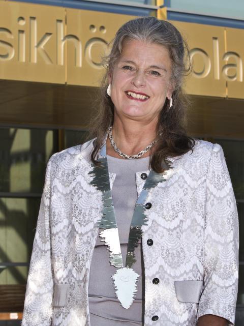 Helena Wessman med den nya rektorskedjan.