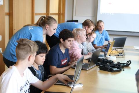 Capgemini ingår partnerskap med Hello World! för att stödja och öka kompetensen inom kodning hos barn och ungdomar