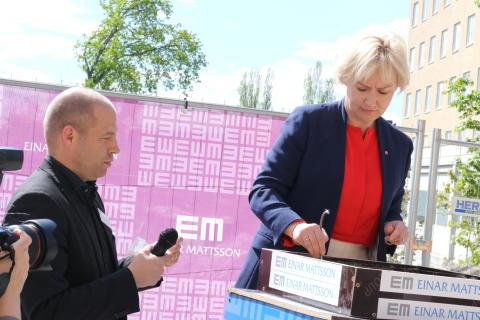 Ministern för högre utbildning och forskning Helene Hellmark Knutsson (S) singerar sina handavtryck