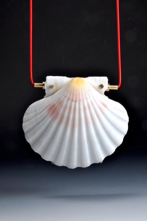 Sigurd Bronger, Carrying device for Seashell, ingår i utställningen From the Coolest Corner, Röhsska museet