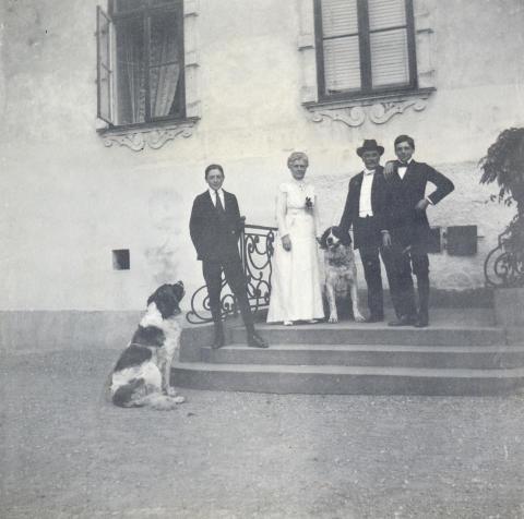 Familjen Lagergren på Tyresö slotts trappa den 5 juli 1914, foto: Nordiska museets arkiv