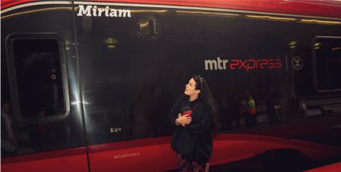 Hyllningsevent när Miriam Bryant döpte MTR Express sista tåg