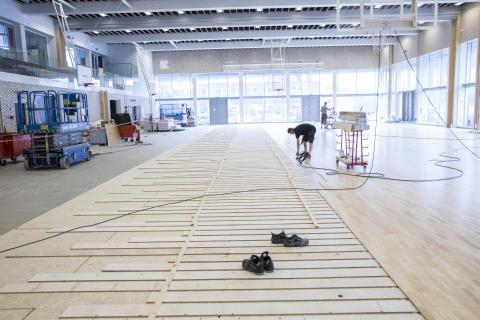 Flerbrukshallen som ligger i samme bygg får full håndballbane og skal stå ferdig samtidig med resten av anlegget.