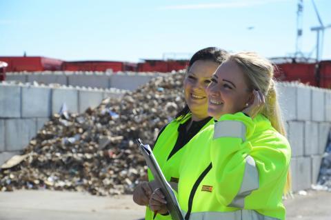 Samra och Rebecka på Ohlssons sorteringsanläggning