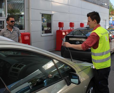 Bilister får hjälp  - Servicehjälpen på OKQ8:s stationer första fredagen varje månad