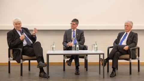 Universitätsgeschichte im Gespräch mit (von links) Ignaz Bender, Prof. Dr. Michael Jäckel und Helmut Schröer.