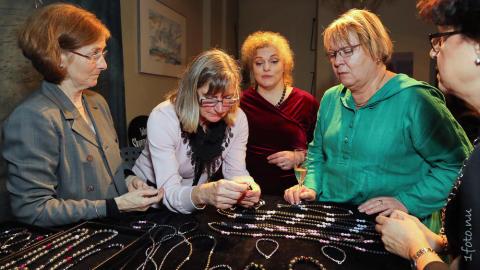 Beundrande besökare på lanseringen av AvZ Jewellery
