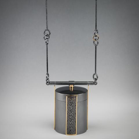 """SaraMi Liljeholm """"Frihet i en liten ask"""" halsband med förvaringshänge till en menskopp. Silver, guld, damaskstål."""