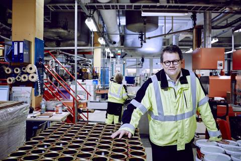 Konsernsjef Morten Fon på fabrikken i Sandefjord.