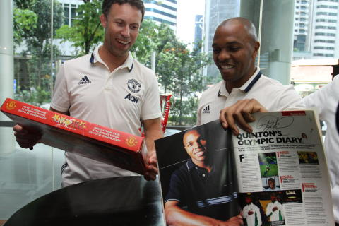 (From left to right) Manchester United legends Ronny Johnsen and Quinton Fortune signing autographs for fans at the closed-door meet-and-greet session presented by Epson.