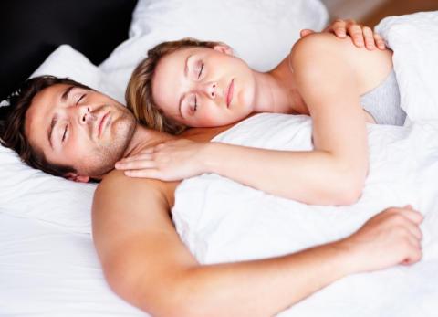 Sådan påvirker søvn dit sexliv