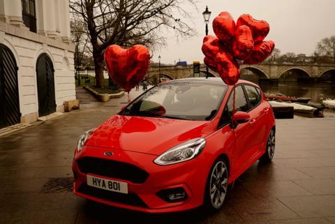 Mindenki romantikára vágyik a Valentin-napon. Még a bárokban dolgozó felszolgálók is