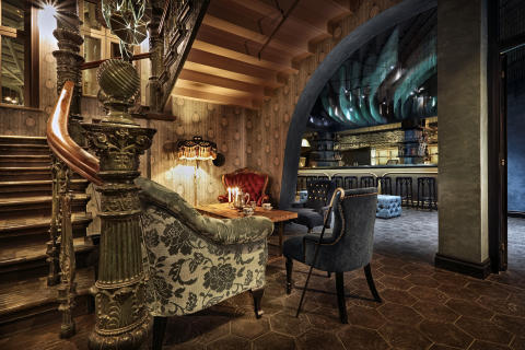 Detalj från Stora Hotellets lobby med baren i bakgrunden.