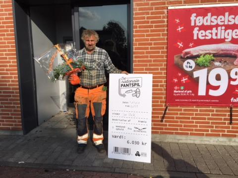 Jan Ulrik Pedersen fra Glamsbjerg blev første vinder i Det Nationale Pantspil: Vigtigt at dåser og flasker ikke ligger og flyder