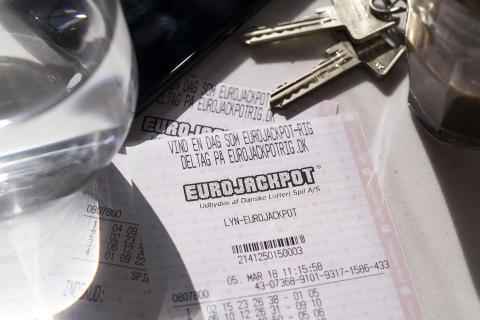 Eurojackpotmillionær giver konen ca. fire millioner kroner i lommepenge