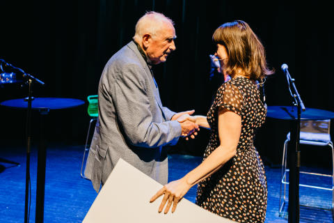 Finn Møller mottar prisen av byråd Rina Mariann Hansen, foto: Hanne Gundersen