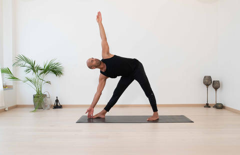 Yogobe sänker ribban för män som vill testa yoga – lanserar samarbete med Sam Aziz