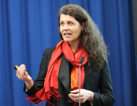 Katharina Bramslev leverte Bygg21-rapporten Gode bygg og områder - for helsa, miljøet og lommeboka