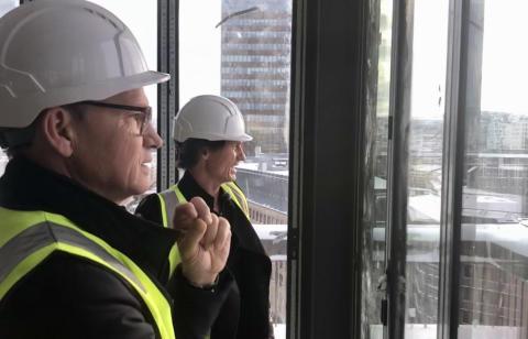 TRAVELT ÅR I VENTE: Torgeir Silseth og Petter A. Stordalen nyter utsikten fra det som skal bli restauranten Norda i nye Clarion Hotel The Hub i Oslo.