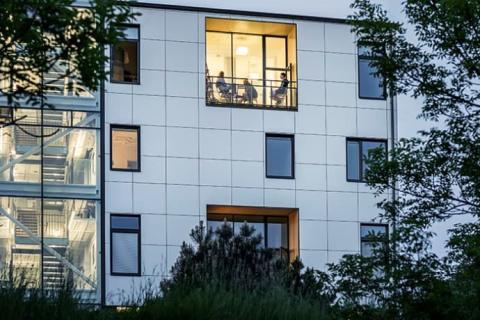 HSB Living Lab firar ettårsdagen med solceller på fasaden
